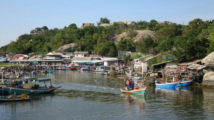 """Der Hafen von """"Tabiak"""" nur von weiten schön."""