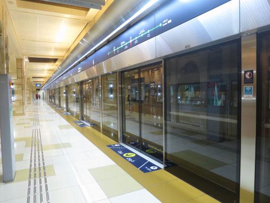 Der Bahnhof ist sehr sauber, es zieht nicht und ist klimatisiert.