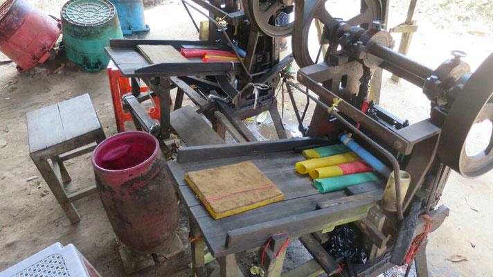 Die Gummirohre werden dann zu Ringen geschnitten.
