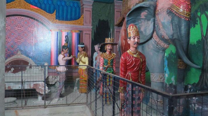 Man kann das innere des Buddhas betreten. Hier ist die Geschichte des Buddhismus ausgestellt.