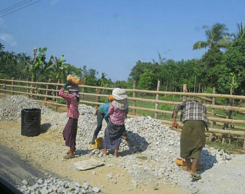 Hier arbeiten auch viele Frauen und auch Kinder.