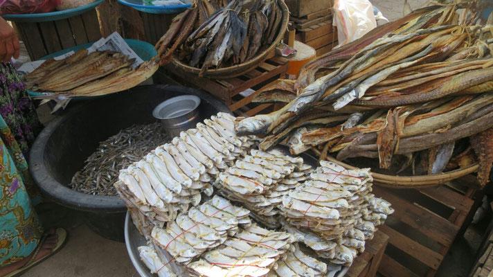 Viel Trockenfisch auf dem Markt.