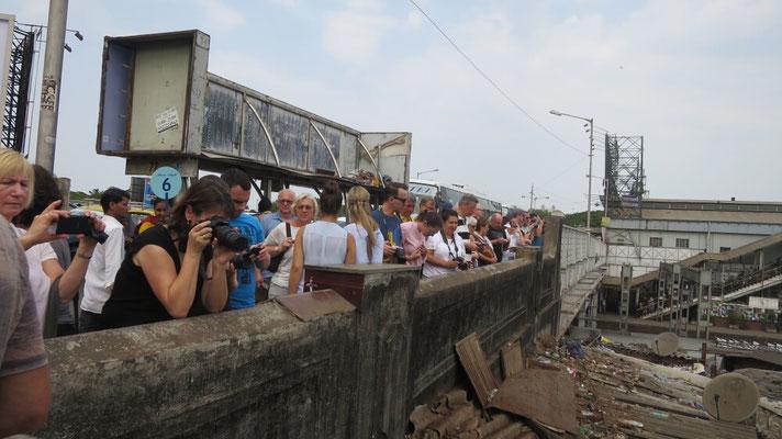 Großer Touristenandrang auf der Brücke, mit dem Blick in die Wäscherei.