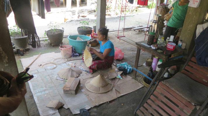 Hier werden Hütte aus Bambus hergestellt.