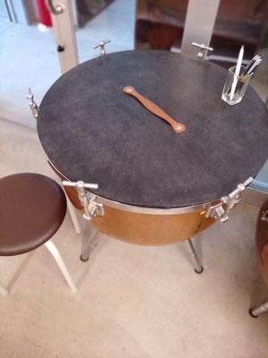 中央に把手のある蓋をした状態で使用となります。貸し出し丸椅子1脚。