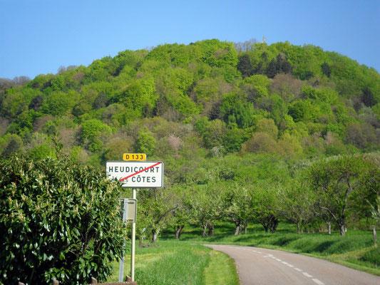 On quitte le village pour les vergers des côtes de Meuse