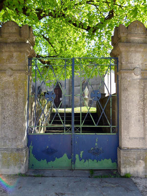 Entrée de l'église d'Heudicourt-sous-les Côtes