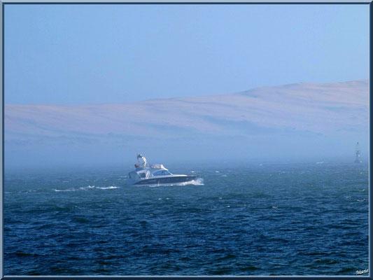 """""""La Pointe"""": vedette en mer et en face la Dune Pyla dans brume"""