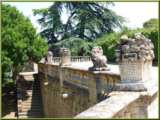 Statues et balustre de la terrasse arrière du château