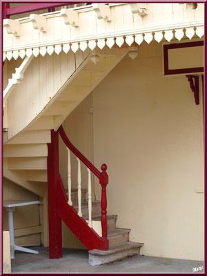L'Hôtel de la Plage au Village de L'Herbe, un des escaliers extérieurs, Bassin d'Arcachon (33)