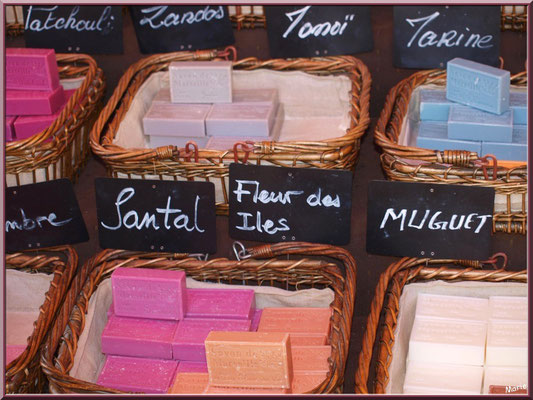 Marché de Provence, lundi matin à Bédoin, Haut Vaucluse (84), étal de savons