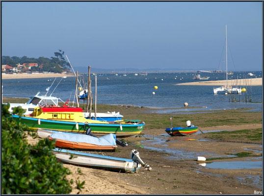 """""""Le Mimbeau"""", ses bateaux colorés, la plage, le Bassin et la jetée """"Bélisaire"""" à l'horizon (Cap Ferret)"""