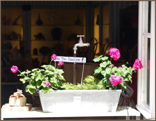 Fenêtre commerçante dans une ruelle à Talmont-sur-Gironde (Charente-Maritime)