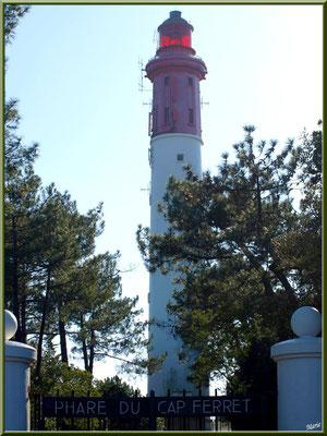 Le phare derrière son portail d'entrée (Cap Ferret)