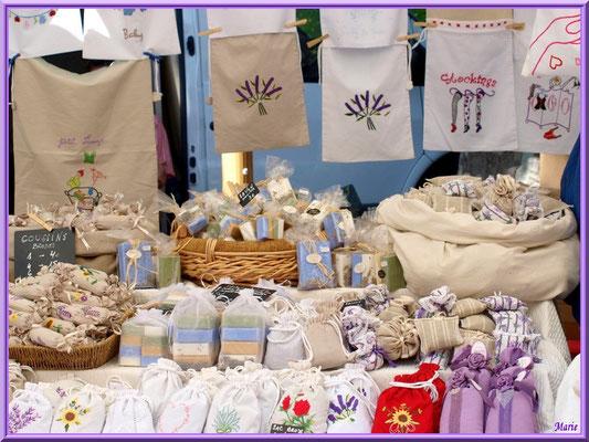 Marché de Provence un vendredi matin à Lourmarin, Lubéron (84), étal savons et lavandières