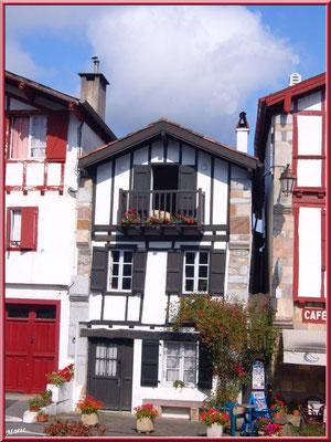 Aïnoha : la rue principale avec ses vieilles maisons (Pays Basque français)