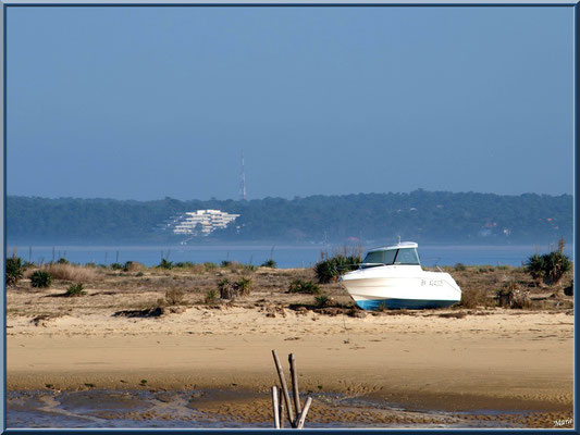 """""""Le Mimbeau"""" (Cap Ferret) à marée basse et Arcachon à l'horizon"""