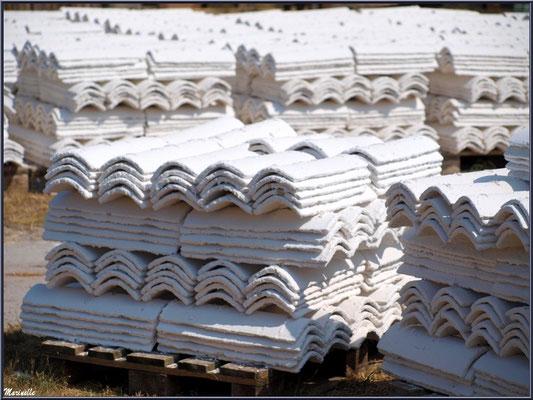 """Tuiles chaulées sur le quai de """"La Cabane à Ludo"""" au Port du Canal à Gujan-Mestras (Bassin d'Arcachon)"""