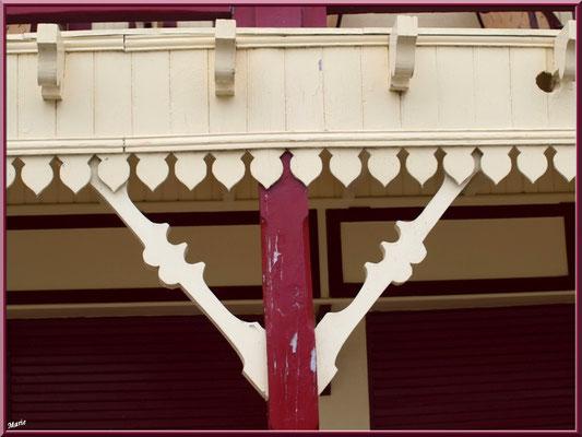 L'Hôtel de la Plage au Village de L'Herbe, détail galerie extérieure, Bassin d'Arcachon (33)