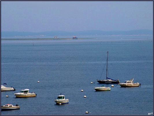 """Arcachon, """"Ville d'Automne"""", au matin, bateaux ancrés sur le Bassin et cabanes tchanquées de l'Ile aux Oiseaux à l'horizon"""
