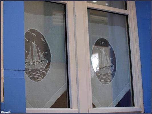 Fenêtre aux rideaux marins, village de L'Herbe, Bassin d'Arcachon (33)