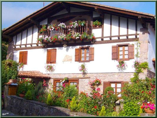 Maison fleurie au village de Zugarramurdi (Pays Basque espagnol)