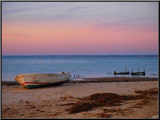 Barque abandonnée sur la plage du Canal, au soleil couchant en décembre