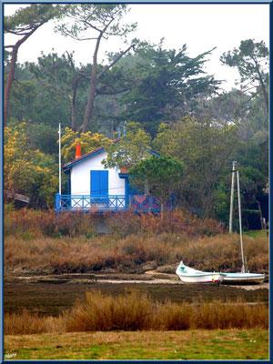 La conche à marée basse avec maison et bateaux (Cap Ferret)