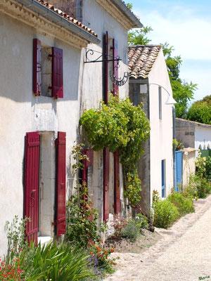 Ruelle, maisons et boutique à Talmont-sur-Gironde (Charente-Maritime)