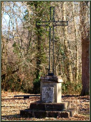 Eglise St Michel du Vieux Lugo à Lugos (Gironde) : croix dans la clairière