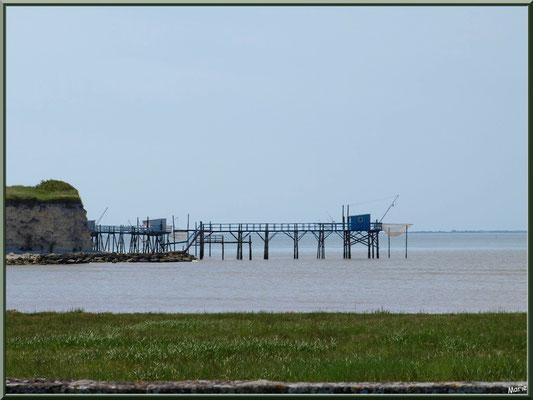 Carrelets à ponton en bord des falaises du Caillaud et de la Gironde à Talmont-sur-Gironde (Charente-Maritime)