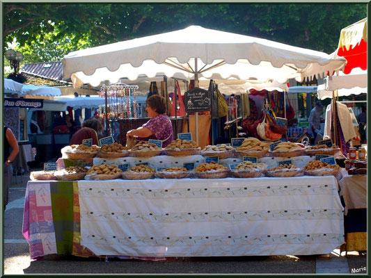 Marché de Provence, lundi matin à Bédoin, Haut Vaucluse (84), étal de gâteaux (navettes et autres spécialités provençales)