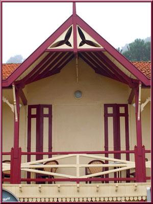 L'Hôtel de la Plage au Village de L'Herbe, détail balcon, Bassin d'Arcachon (33)