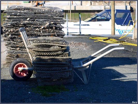 Brouette et pochons pour huîtres sur quai au port ostréicole d'Andernos-les-Bains (Bassin d'Arcachon)
