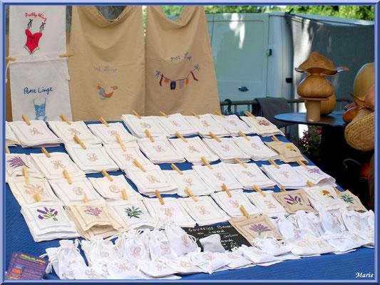 Marché de Provence un vendredi matin à Lourmarin, Lubéron (84), étal linge de table et lavandières