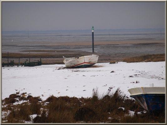 Canot sur la plage en habit neigeux (février 2012)