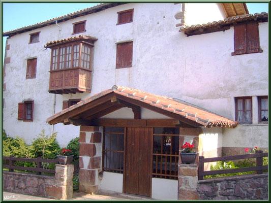 Chapelle votive au détour d'une ruelle à Zugarramurdi (Pays Basque espagnol)