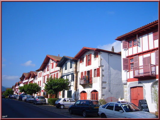 Aïnoha : la rue principale avec ses vieilles maisons basques (Pays Basque français)