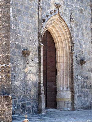 L'église Sainte Radegonde à Talmont-sur-Gironde : porte d'entrée de côté (Charente-Maritime)