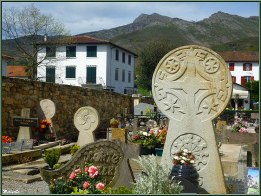 Cimetière de Sare avec ses tombes aux stèles basques (Pays Basque français)