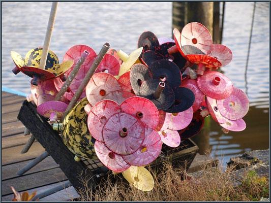 Anciens tubes collecteurs d'huîtres devenus des fleurs, en guise de déco, au port ostréicole de La Teste de Buch (Bassin d'Arcachon)