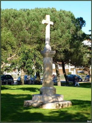 Eglise Saint-Eloi,  croix dans jardin (Bienheureux ce qui meurent dans le Seigneur - Babylone Apocalypse, Chapitre 17), Andernos-les-Bains (Bassin d'Arcachon)