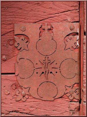 Eglise St Michel du Vieux Lugo à Lugos (Gironde) : ferronnerie aux nombreux symboles sur l'extérieur de la porte d'entrée