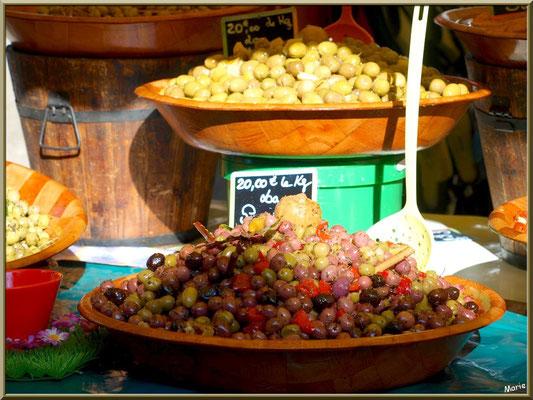Marché de Provence, lundi matin à Bédoin, Haut Vaucluse (84), étal d'olives
