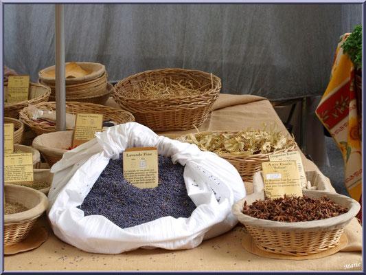 Marché de Provence, mardi matin à Gordes, Lubéron (84), étal épices et lavande