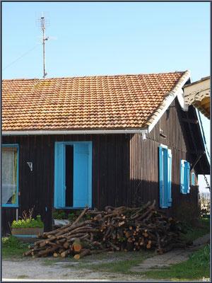 Maison typique en bois sur le port ostréicole du Cap Ferret