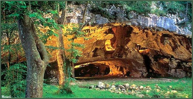 Les grottes de Sare, extérieur et entrée (Pays Basque français)