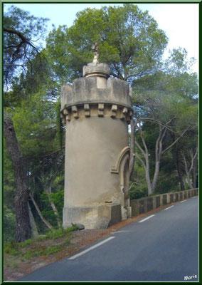 Une des tours bordant la route menant à l'abbaye