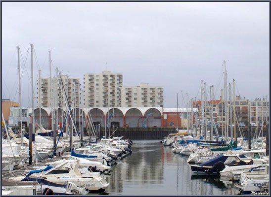 """Arcachon, """"Ville d'Automne"""", le port plaisance et la criée en fond"""