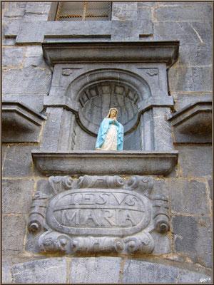 Aïnoha : l'église Notre Dame de l'Assomption, Vierge au-dessus de la porte d'entrée (Pays Basque français)